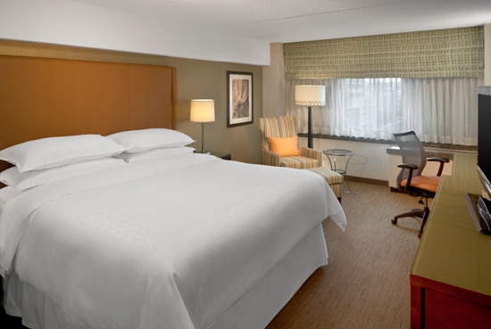 Sheraton-Stamford-Hotel-King-Guest-Room